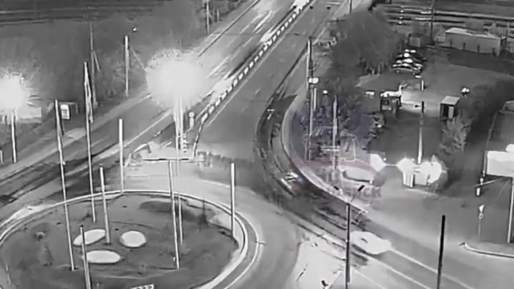 Пьяный водитель перевернул авто и крышей проскользил по ограждению. Видео