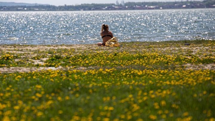Солнечные ванны и первый заплыв: смотрим, как челябинцы спасаются от жары на пляжах и дачах