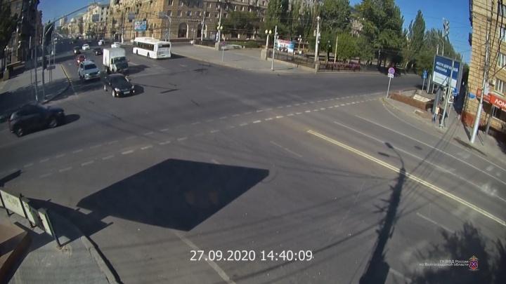 Женщина и ребенок в больнице: на проклятом перекрестке в центре Волгограда не разъехались две иномарки