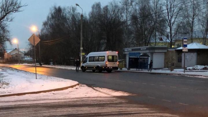 «Безбилетник бросался под колеса»: пассажир и водитель маршрутки устроили разборки на дороге