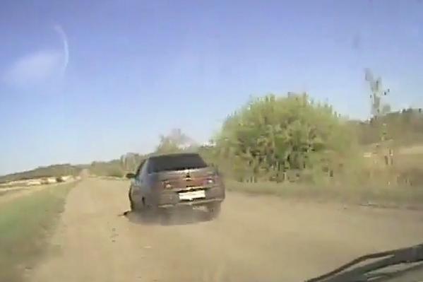 Сотрудникам ДПС пришлось дважды выстрелить по колесу автомобиля, чтобы он остановился