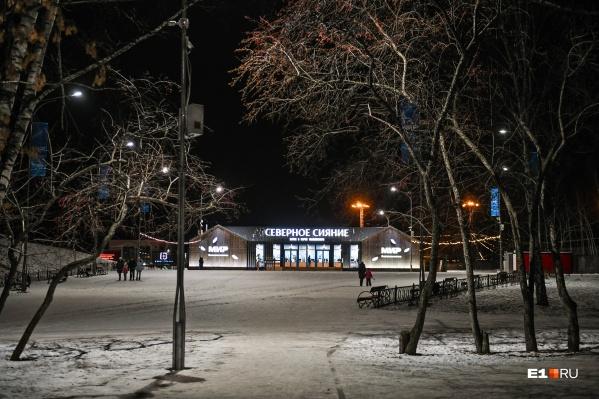 Заходим в парк через центральный вход и сворачиваем налево от главной аллеи, новый каток там