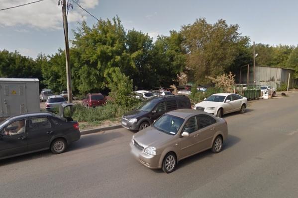Здание хотят разместить в районе парковки у жилого дома