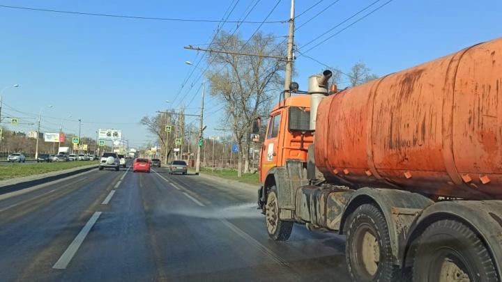 Нет, не дезинфекция: дорожники отмывают улицы Волгограда от зимней грязи