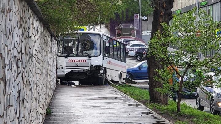 Поворачивающий на красный автобус протаранил «Тойоту» с ребенком