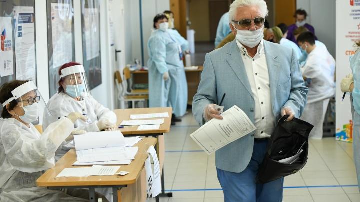 Стерильное голосование: фоторепортаж с избирательных участков в Екатеринбурге