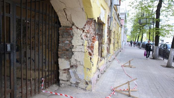 В центре Ярославля рушится старинный дом. Жильцов просят потерпеть еще года два-три