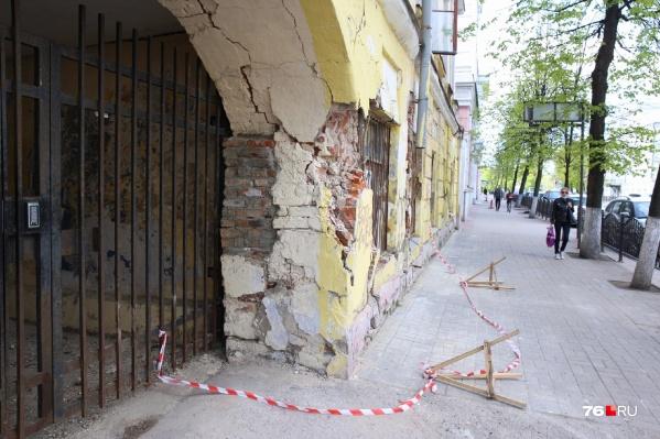 Местные жители боятся, что дом может рухнуть в любой момент