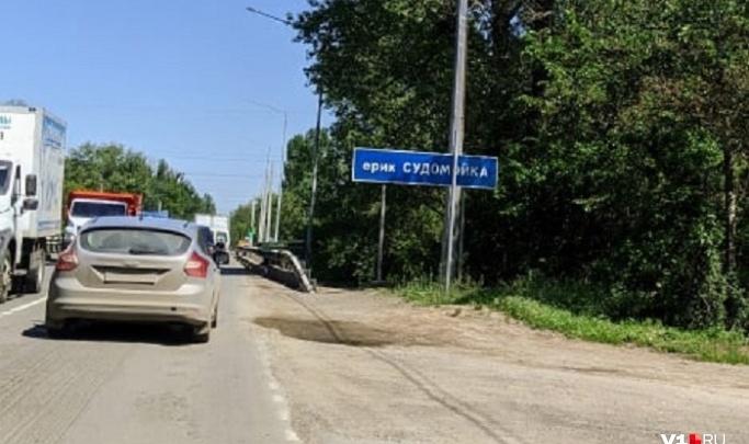 «Люди в отчаянии идут пешком в Волгоград»: на трассе Волгоград — Волжский образовалась огромная пробка