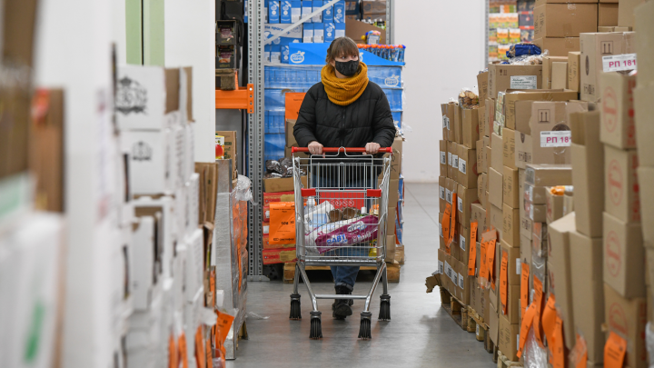 Конфискат или просрочка? Что продают екатеринбуржцам в «нищемаркетах» и почему это так дешево