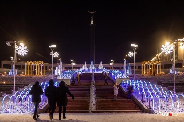 Самый большой в Европе новогодний светодиодный фонтан находится в Самаре, на склоне у площади Славы