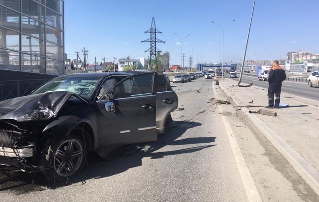 Сгоревший BMW, гонки мотоциклистов и аварии с пострадавшими: дорожные видео недели в Тюмени