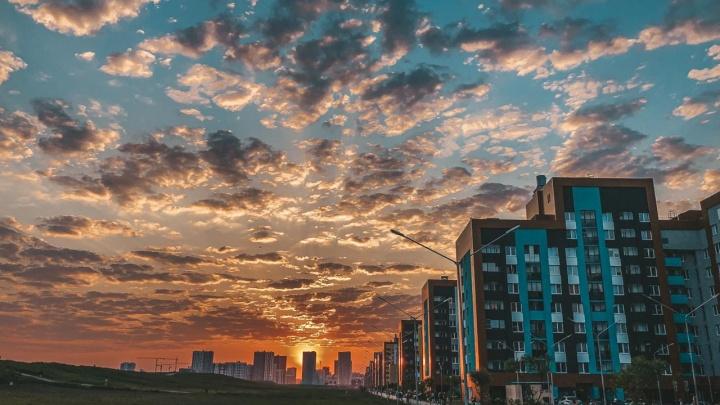 Солнце, утопающее в облаках: подборка атмосферных кадров июньского заката