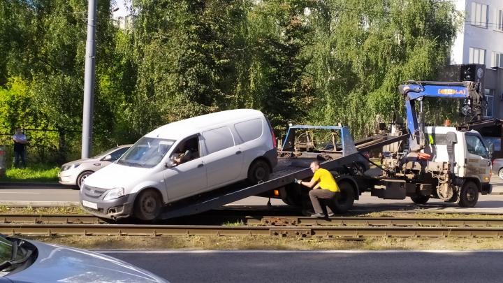 «Пришлось резко тормозить»: в Ярославле легковушка вылетела на трамвайные рельсы и повисла
