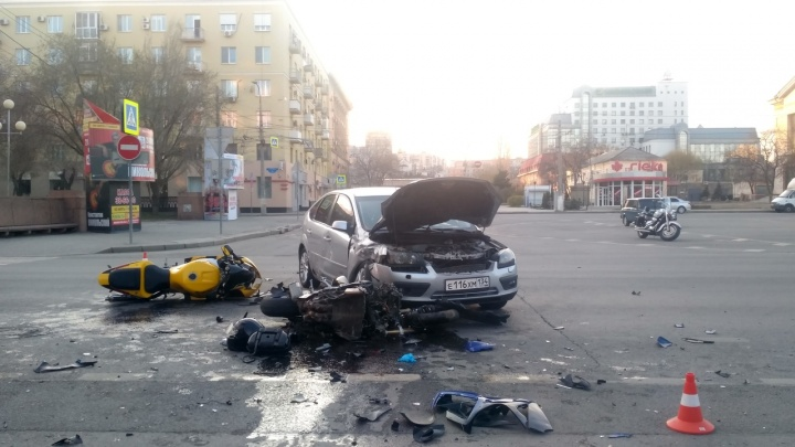«Ford выехал на красный»: в центре Волгограда разбились два байкера