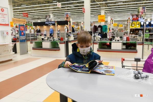 Обычно в магазинах надеть маску требуют с взрослых посетителей. Но должны ли их носить дети?