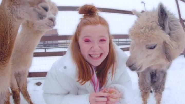 У дочки Саши Гагарина из «Сансары» вышел добрый клип про любовь, в котором девушка танцует с ламами