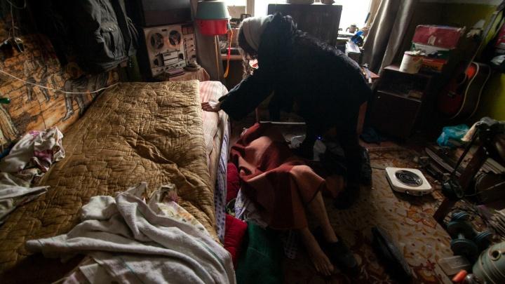 Нашли на полу: тюменский пенсионер из захламленной квартиры несколько дней боролся за жизнь в одиночестве