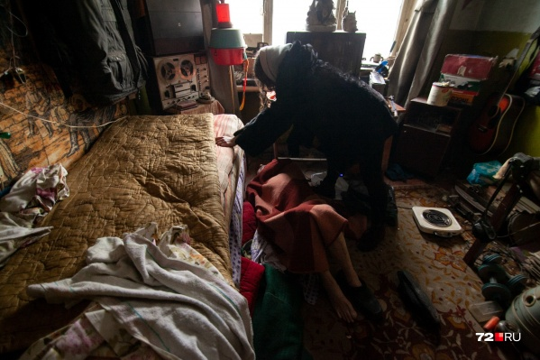 Наши журналисты застали Василия Зуева лежащим на полу в плохом состоянии. Мужчина сказал, что не ел и не пил несколько дней