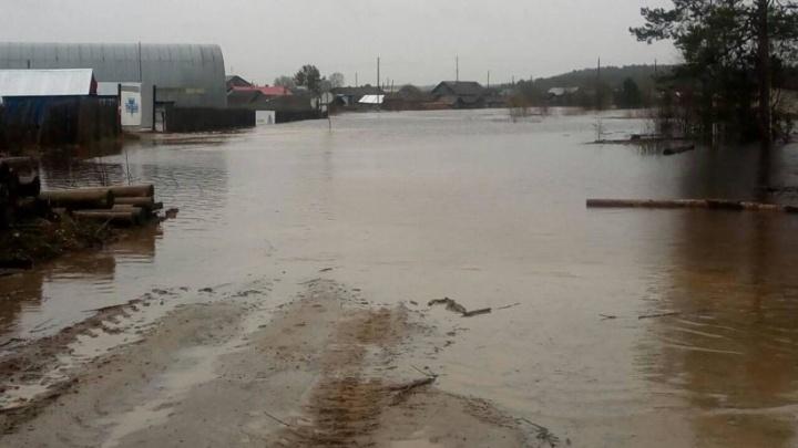 «Ситуация будет только ухудшаться»: из-за паводка в Архангельской области подтопило трассы