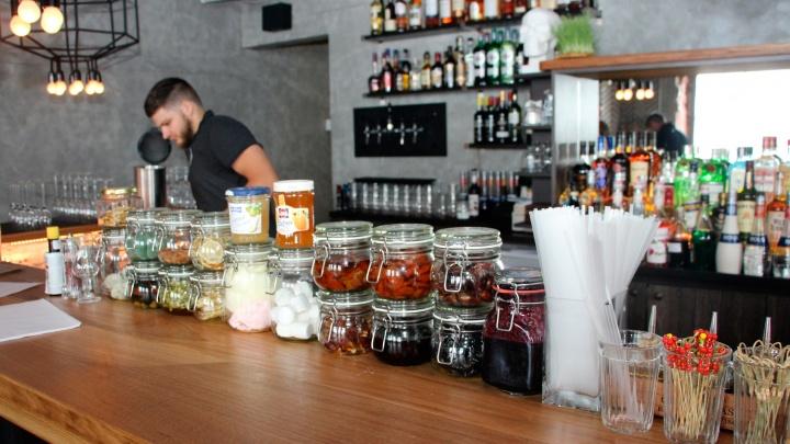 «Пока не сыграл в ящик»: как омские рестораны и кафе оправляются после пяти месяцев простоя