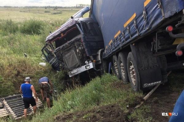По словам очевидцев, водитель фуры остался цел. Погибли водитель и пассажир легковушки