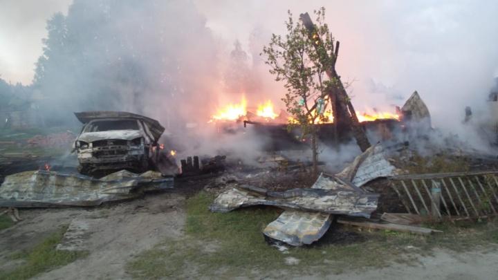 В Екатеринбурге сгорели два частных дома. Жильцам пришлось эвакуироваться через окна