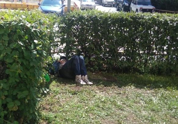 «До него никому нет дела»: на Газовиков вторые сутки в кустах лежит мужчина
