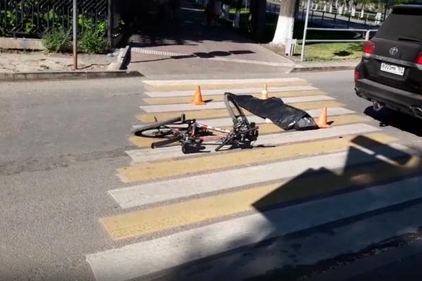 Судя по фото, велосипедист переезжал «зебру», хотя должен был спешиться