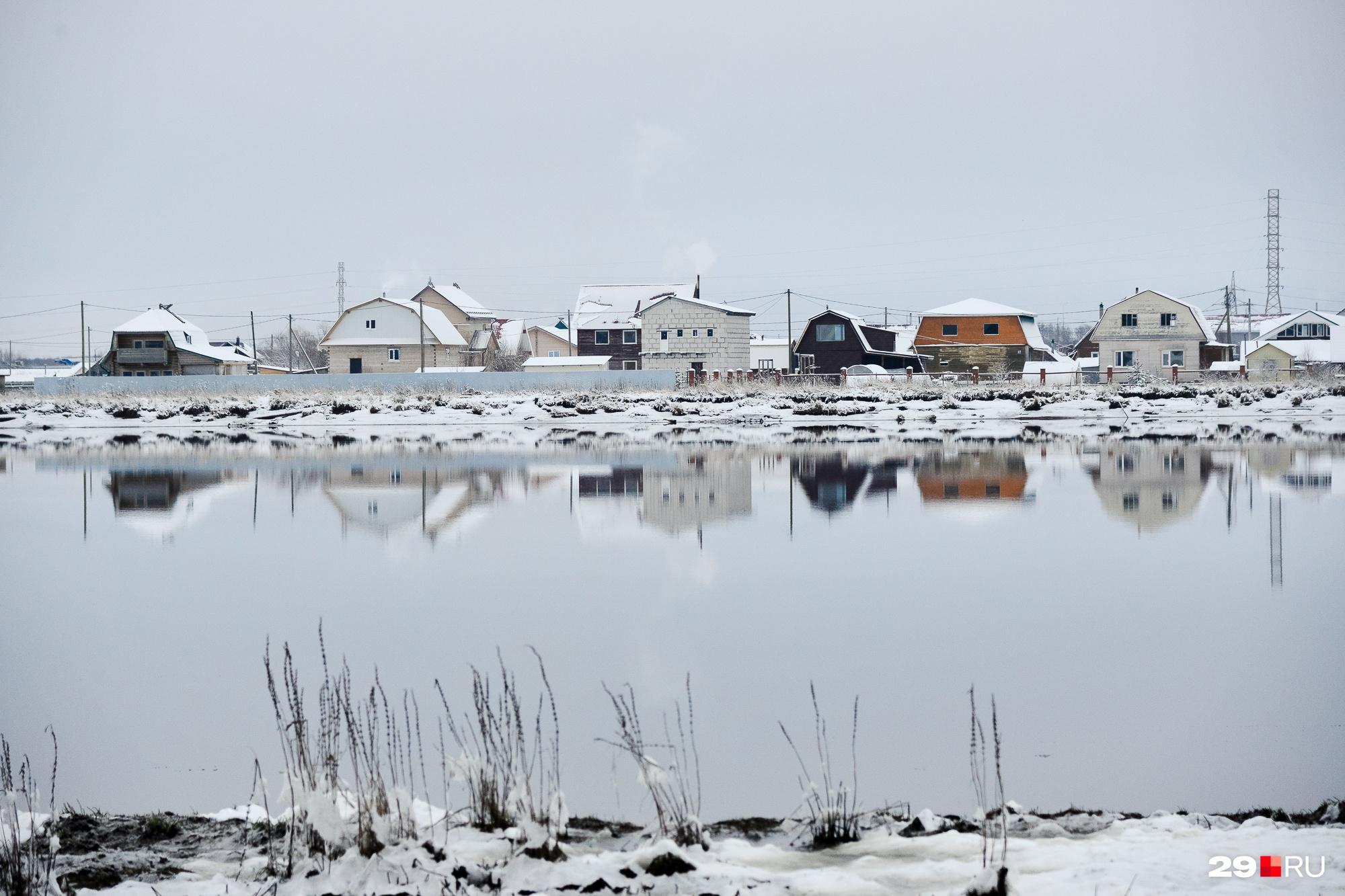 Вид на дачный поселок на другом берегу речки
