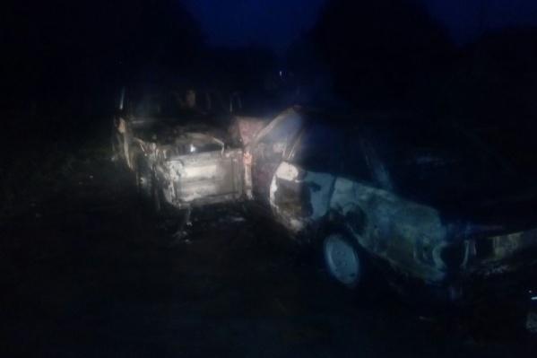 Автомобили полностью уничтожены огнем