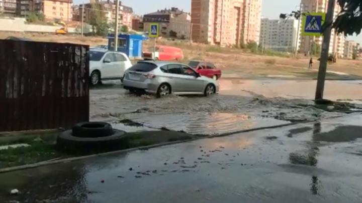 В Ростове улица Орбитальная превратилась в бурлящую реку