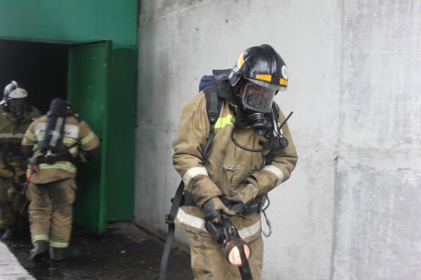 На месте работали 16 пожарных. По словам сотрудников МЧС, квартира сгорела почти полностью