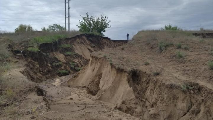 Копать придется долго: в Волгограде в потоках грязи утонул УАЗ