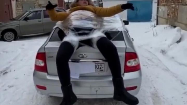 Водитель, приклеивший своего друга к машине скотчем в Башкирии, заплатит серьезный штраф