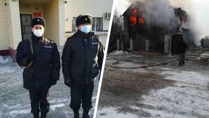 Росгвардейцы спасли парня из горящего дома с помощью старой лестницы