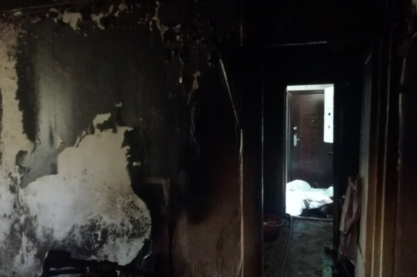 От огня в квартире обуглились обои