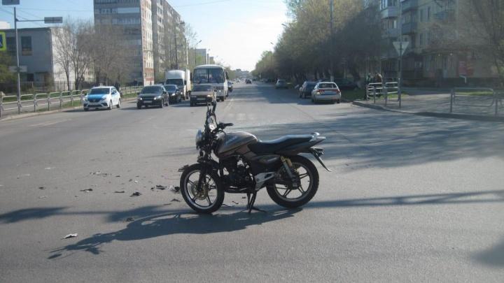 В Кургане иномарка столкнулась с мотоциклом