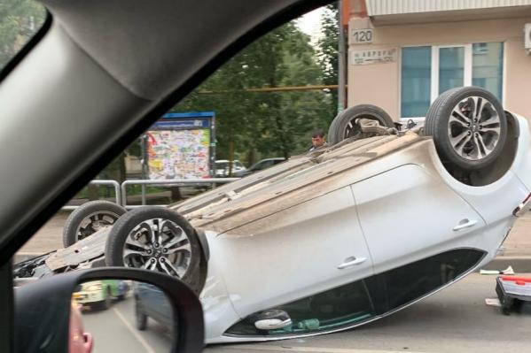 Перевёрнутый автомобиль перекрыл проезжую часть