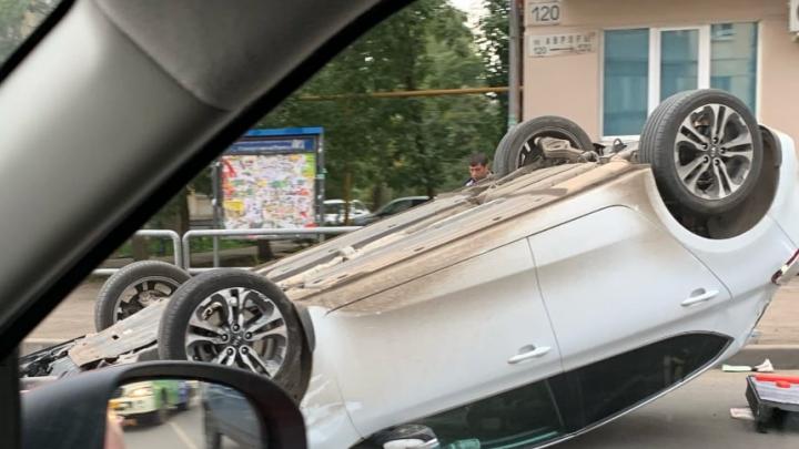 Устроили гонки: на пересечении Гагарина и Авроры перевернулась иномарка