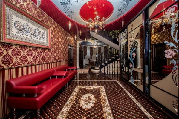 Коттедж поражает ярким интерьером с красными потолками в некоторых комнатах