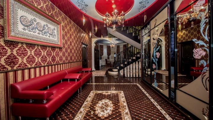 В Новосибирске продают за 58 миллионов коттедж с красным потолком и тигровой стеной — разглядываем 9 фото