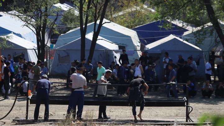 Журналистов отказались пустить в лагерь мигрантов, куда из Ростова вывезли ждущих поезд узбеков