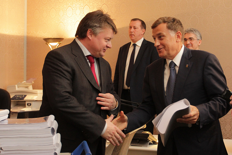 Эдуард Батанов и Вячеслав Макаров с проектом бюджета