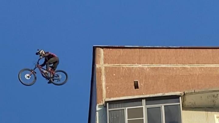 Студент из Челябинской области на велосипеде прыгнул с крыши одной высотки на другую