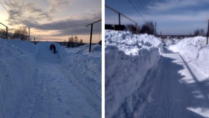 Работа над ошибками: коммунальщики расчистили заваленную снегом дорогу под Новосибирском