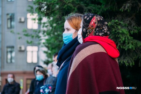 Несмотря на снятие большей части ограничений, необходимость в ношении масок в супермаркетах и общественном транспорте сохраняется