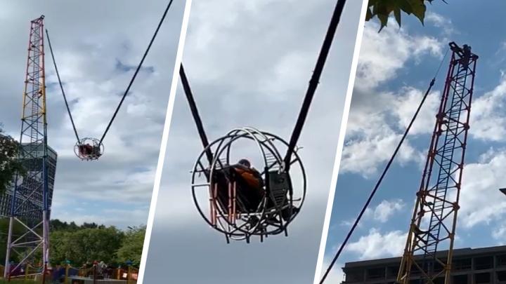 Висят уже больше часа: в парке Маяковского на аттракционе застряли люди