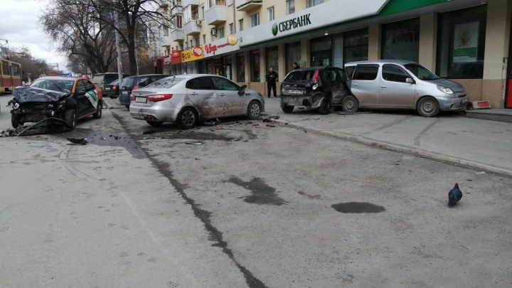 «Объезжал яму и не справился с управлением»: подробности массового ДТП с каршеринговым авто на 8 Марта