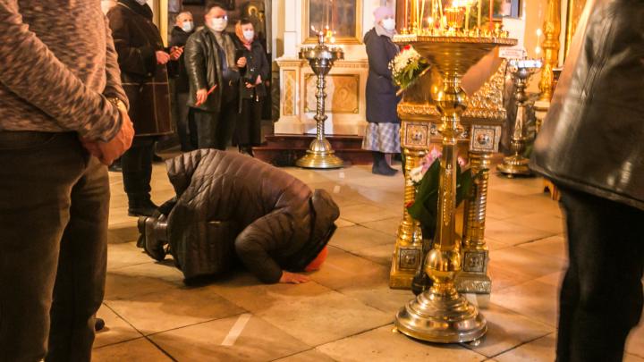 Антисептик для икон, маски и дистанция: смотрим фото, как встретили Пасху ночью в Архангельске